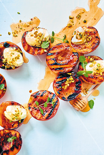 Grilled peaches with vanilla yoghurt, pistachios and honey