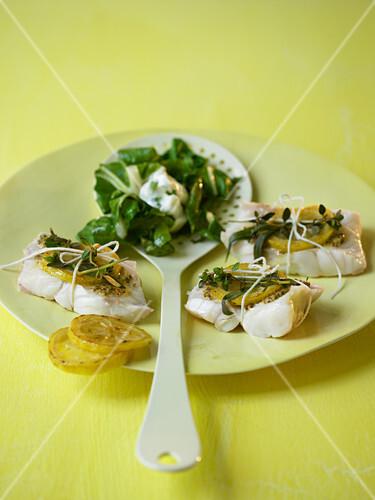 Zitronen-Fischpäckchen mit Kräutern und Mangold
