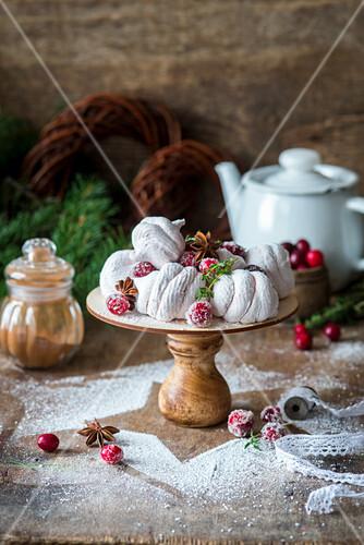 Baisergebäck mit Cranberries zu Weihnachten