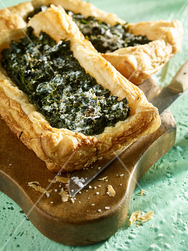 Puff pastry tartlet with spinach, algae and ricotta