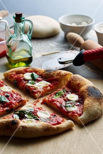 Pizza Napoletana mit Tomatensauce, Mozzarella und Basilikum