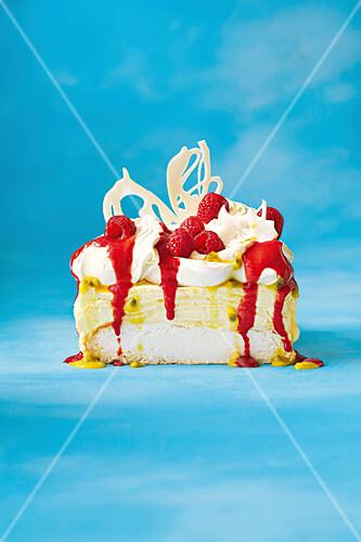 Pavlova cheesecake with raspberries and white chocolate