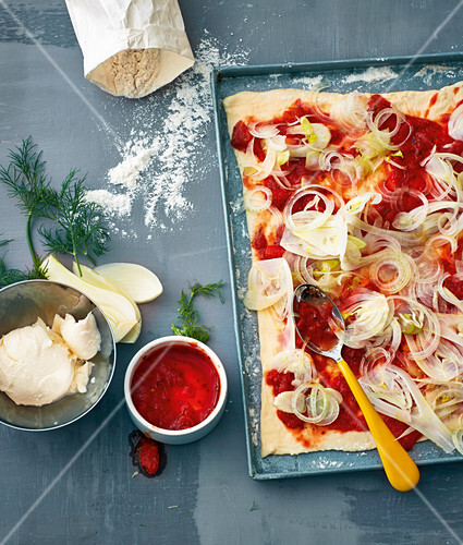 Pizza with tomatoes and fennel
