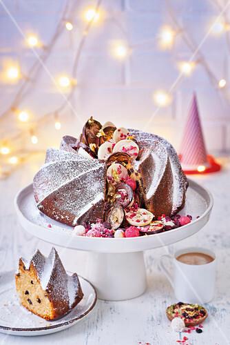 Pinata-Kuchen gefüllt mit Schokoladenmünzen, Cranberries und Marzipankugeln (weihnachtlich)
