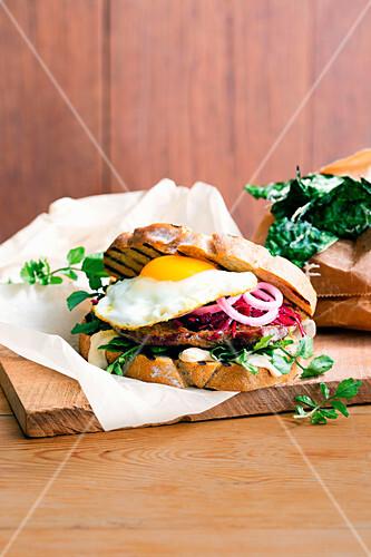 Steak Sandwich mit Spiegelei