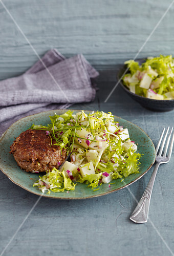 A burger patty with a celery and chicory salad (low carb)