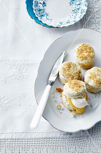 Kokosnuss-Scones mit selbstgemachtem Lemon Curd zum High Tea