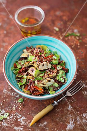 Salat mit rotem Camargue-Reis, gegrillten Artischocken, Saubohnen und getrockneten Tomaten