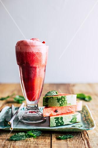 Ein Glas Wassermelonen-Float (Wassermelonendrink mit Eiscreme)