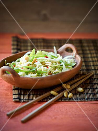 Chinakohlsalat mit Mienudeln und Erdnüssen (Asien)