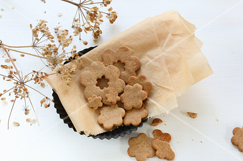 Glunen-free almond biscuits with cinnamon and cardamom