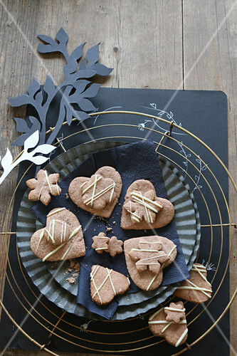 Gluten-free, heart-shaped honey biscuits decorated with white chocolate