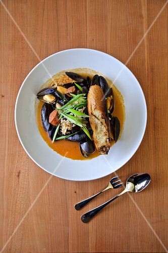 Mussels with sausage rice, bread and green onion
