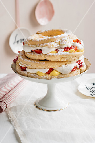 Choux pastry with ginger cream and strawberries