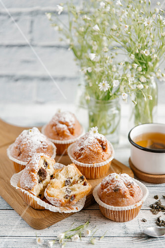 Muffins with chocolate and powdered sugar, served with tea