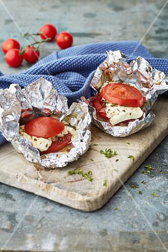 Schafskäse mediterran, mit Tomaten in Folie gebacken