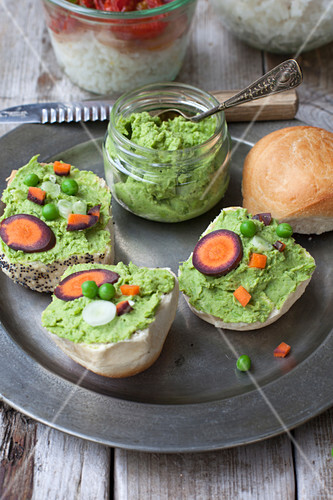 Pea hummus with carrots and spring onions