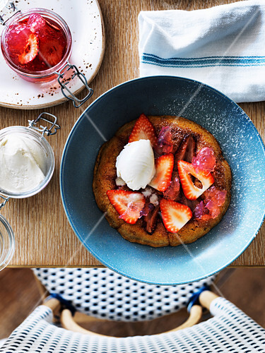Grilled strawberry cake with white chocolate and rose