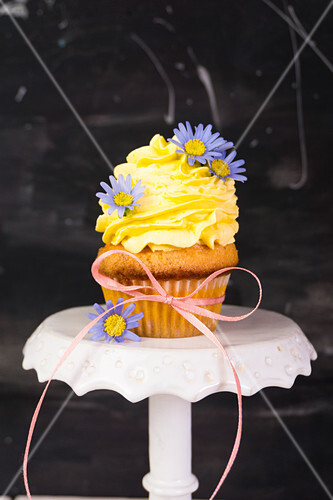 A vanilla muffin with a mascarpone and mango topping