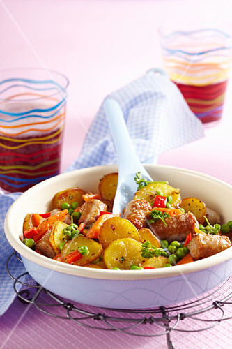Colourful roast potatoes with peas and peppers
