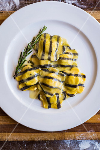 Striped saffron ravioli filled with ricotta and spinach (seen from above)