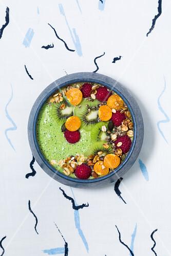 Vegane Good-Morning-Bowl mit Moringa, Spinat und Physalis