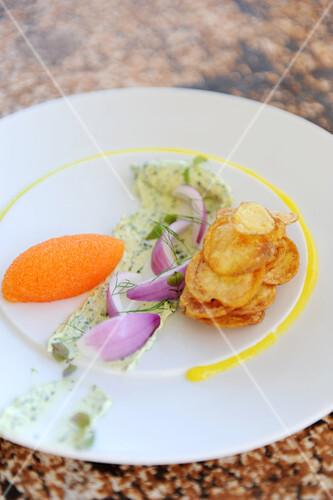 Möhrenmousse mit Kräuterbutter, roten Zwiebeln und Chips