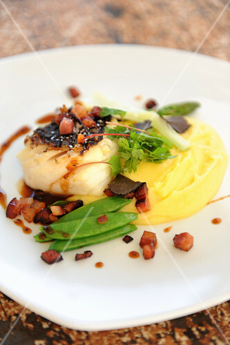 Fish fillet with mashed potatoes, bacon and mange tout