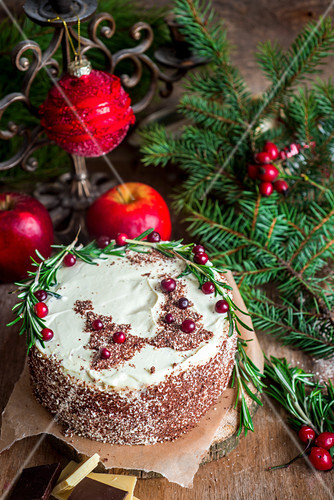 Festliche Weihnachtstorte mit Schokoladentannenbäumchen