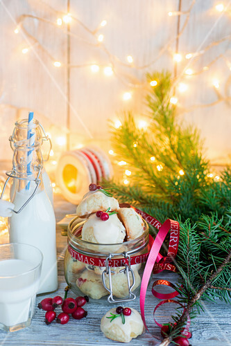 Weihnachtsplätzchen mit weisser Zuckerglasur