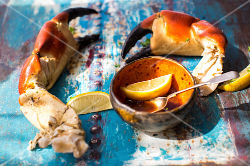 Crab claws with lemon and spicy sauce