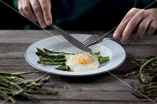 Green asparagus and a fried egg with Parmesan