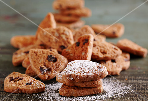 Pecan biscuits with nut nougat, cane sugar, currants and orange juice