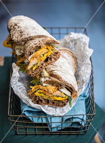 Ciabattasandwich mit Hähnchenfleisch und gegrillten gelben Zucchini