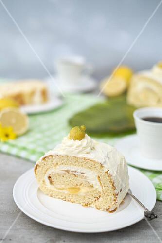 Ein Stück Zitronen-Biskuitrolle