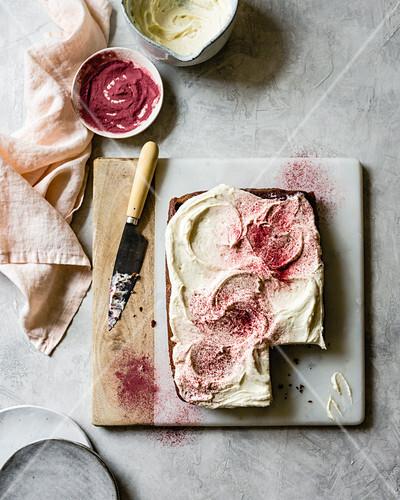 Red Velvet Blechkuchen mit Frischkäse-Frosting und Rote-Bete-Pulver