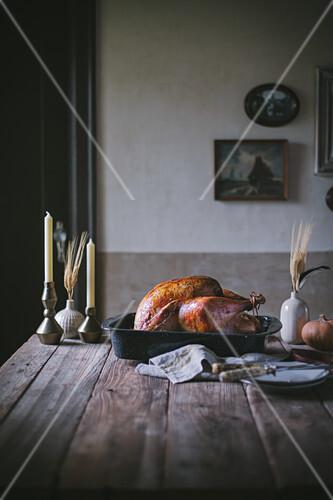 Gebratener Thanksgiving-Truthahn auf rustikalem Holztisch