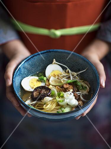 Miso-Ramen mit Gemüse und Ei