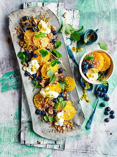 Süsser Gewürz-Couscous mit Passionsfruchtjoghurt, Orangen und Blaubeeren