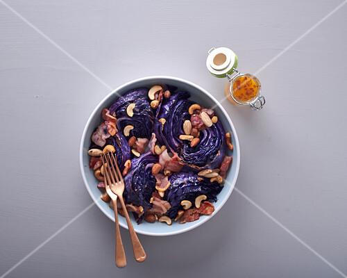 Warmer Rotkohlsalat mit Speck und Nüssen