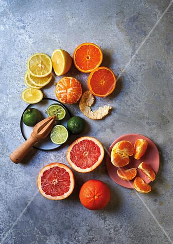 Verschiedene Zitrusfrüchte, teil geschnitten oder geschält