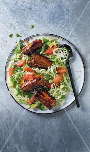 Marinierte Spareribs auf Salat