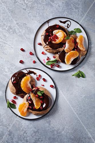 Schoko-Meringue mit Schokoladensauce und Mandarinen
