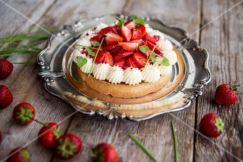 Mazarin cake with cream and strawberries