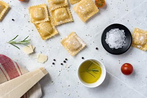 Ungekochte Ravioli mit Käse, Olivenöl und Salz