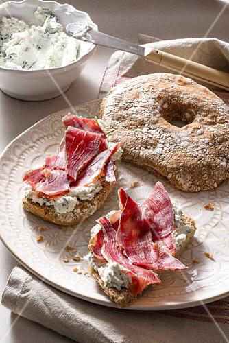 Violin di capra e pane di segale (goat ham with herb goat's cheese on rye bread, Italy)