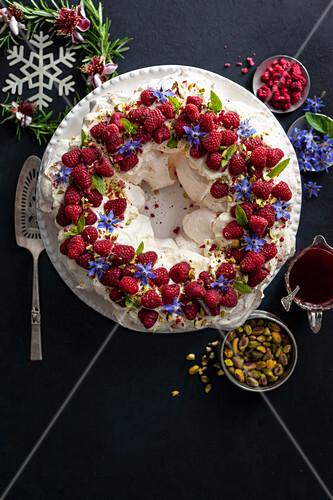 Festliche Pavlova mit Himbeeren, Pistazien und Borretschblüten