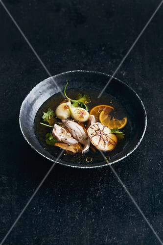 Garlic broth with chicken and limes