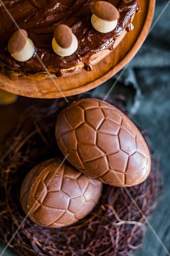 Simnel Cake und Schokoladeneier zum Oster High Tea