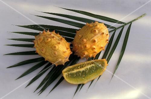Kiwano: Zwei ganze Kiwano & ein Viertel auf Palmenblatt